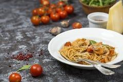 Spaghetti z garnelami i pomidorowym kumberlandem obrazy stock