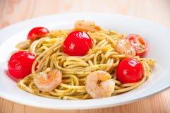 Spaghetti z garnelami, pomidory Fotografia Royalty Free