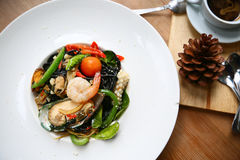 Spaghetti z krewetkami i owoce morza na bielu talerzu, czarny spaghetti z owoce morza na stole w restauraci, korzenny spaghetti w Fotografia Royalty Free