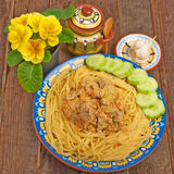 Spaghetti z kumberlandem i mięsem Zdjęcia Royalty Free