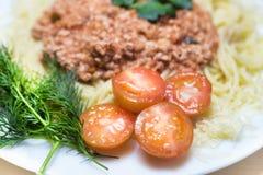 Spaghetti z mięsnym kumberlandem i 4 połówkami czereśniowy pomidor Zdjęcie Stock