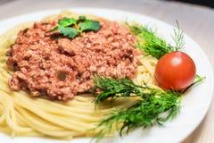 Spaghetti z mięsnym kumberlandem z czereśniowym pomidorem Obraz Stock