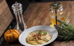 Spaghetti z napojem i garnirunkiem obrazy stock