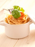 Spaghetti z pomidorami i ziele fotografia stock