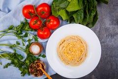 Spaghetti z serem, pietruszka, szpinak i pomidory, na widok obrazy stock