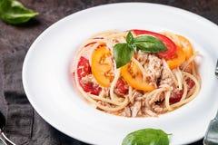 Spaghetti z tuńczykiem i pomidorami obraz royalty free