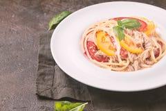 Spaghetti z tuńczykiem i pomidorami obraz stock