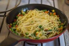 Spaghetti z warzywami w smaży niecce Zdjęcie Royalty Free
