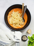 Spaghettialla Napoletana in een Pan stock foto's