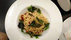 Spaghettiaufruhr gebraten mit Schinken Lizenzfreies Stockfoto