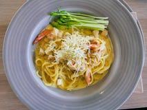 Spaghetticabonara met garnalen Stock Foto