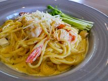 Spaghetticabonara met garnalen Stock Afbeelding