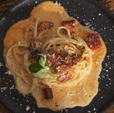 Spaghetticarbonara op zwarte termijn stock foto's
