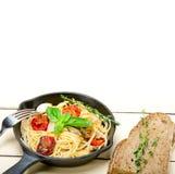 Spaghettideegwaren met gebakken kersentomaten en basilicum Royalty-vrije Stock Afbeelding