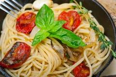 Spaghettideegwaren met gebakken kersentomaten en basilicum Royalty-vrije Stock Fotografie