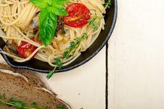 Spaghettideegwaren met gebakken kersentomaten en basilicum Stock Foto's