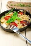 Spaghettideegwaren met gebakken kersentomaten en basilicum Stock Afbeelding