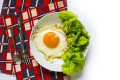Spaghettideegwaren met gebraden eieren op witte achtergrond Stock Afbeelding