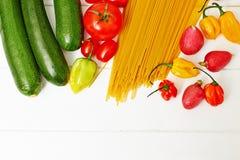 Spaghettideegwaren met groenten op lijst Stock Foto