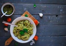 Spaghettideegwaren met pestosaus op donkere achtergrond, hoogste mening royalty-vrije stock foto's