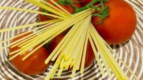 Spaghettideegwaren met tomaten Stock Foto