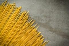Spaghettii sur le fond en pierre supérieur Image libre de droits