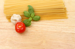 Spaghettiknoflook, tomaat en basilicum Royalty-vrije Stock Foto's