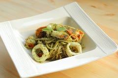 Spaghettimeeresfrüchte mit Pestosoße lizenzfreie stockfotos