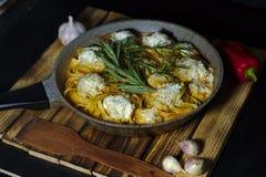 Spaghettinester mit chiken Fleischklöschen und Sahnesoße auf dunkler Tabelle lizenzfreie stockfotografie