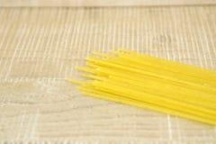 Spaghettis auf einer Holzoberfläche Stockfotografie