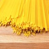 Spaghettis auf hölzerner Tabelle Stockfotos