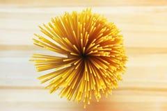 Spaghettis auf hölzerner Tabelle Stockfotografie