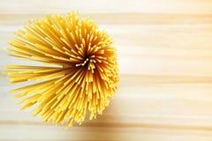 Spaghettis auf hölzerner Tabelle Lizenzfreies Stockfoto