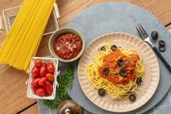 Spaghettis Bewohner von Bolognese mit Tomatensauce lizenzfreies stockbild