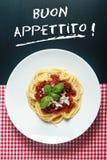 Spaghettis Bolognaise mit Zeichen Buon Appetito Stockfotografie
