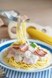 Spaghettis carbonara auf Gabel stockbilder