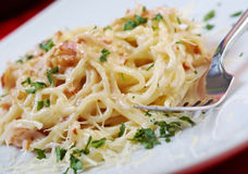 Spaghettis carbonara auf Schüssel Lizenzfreie Stockbilder