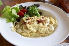 Spaghettis carbonara Gemüse und Tomate lizenzfreies stockfoto