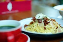 Spaghettis Carbonara mit heißem grünem Tee lizenzfreie stockfotografie
