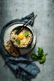 Spaghettis carbonara mit Sahne Soße, Speck, Eigelb auf einem dunklen Hintergrund Archivierung in der asiatischen Art stockfotografie
