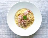 Spaghettis Carbonara mit Speck auf Draufsicht Stockfotos