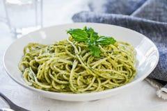 Spaghettis in der Pestosoße Lizenzfreie Stockfotos