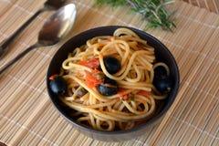 Spaghettis ein La puttanesca Italiener-Lebensmittel Lizenzfreies Stockbild