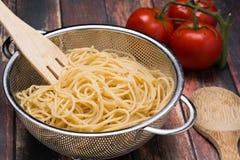 Spaghettis in einem Edelstahl collander Lizenzfreie Stockbilder
