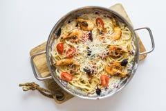 Spaghettis, Garnelenpaste in der Wanne Draufsicht, wei?er Hintergrund stockbilder