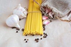Spaghettis, Knoblauch und schwarzer Pfeffer Lizenzfreie Stockbilder