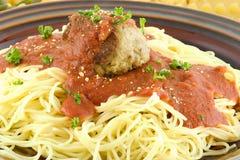 Spaghettis mit einem Fleischball stockbilder