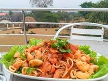 Spaghettis mit Fleischklöschen und Wurst Lizenzfreies Stockfoto
