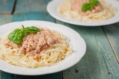 Spaghettis mit Fleischsoße auf blauem Hintergrund Stockfotografie