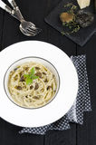 Spaghettis mit frischer schwarzer Trüffel Lizenzfreie Stockfotos